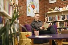 Anders Totland og familien har ei utflukt til biblioteket kvar laurdag, og tek med seg bereposar med bøker heim for å lesa.